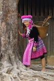Frau im Hügelstammkleid Stockbilder