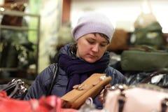 Frau im Handtaschenspeicher Stockbild