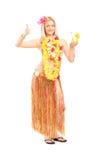 Frau im hawaiischen Kostüm, das Daumen aufgibt Stockfotografie
