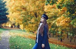 Frau im Herbst im Park stockfotos
