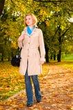 Frau im Herbstpark Lizenzfreies Stockbild
