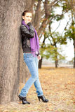 Frau im Herbstpark Stockfoto