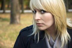 Frau im Herbstpark Stockbilder