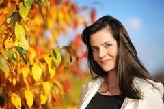 Frau im Herbstpark lizenzfreies stockfoto