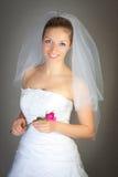 Frau im Hochzeitskleid und stieg Lizenzfreies Stockfoto