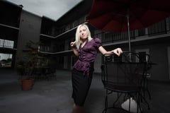 Frau im Hof Lizenzfreies Stockfoto