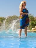 Frau im Hotelpool Lizenzfreie Stockfotografie