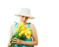 Frau im Hut mit Blumen mit seinem Kopf unten lokalisiert auf weißem Hintergrund Lizenzfreie Stockfotos