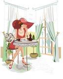 Frau im Hut mit Kaffee innerhalb des Cafés Stockbilder