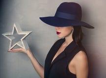 Frau im Hut mit Sternform Stockfotografie