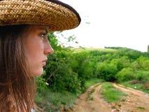 Frau im Hut neben Pfad Lizenzfreies Stockfoto