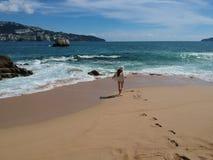 Frau im Hut am tropischen Strand Acapulco, Mexiko Stockfotografie