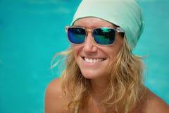 Frau im Hut und in der Sonnenbrille Stockbild