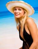Frau im Hut und im Bikini Stockfotos