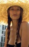 Frau im Hut und im schwarzen stilvollen Badeanzug mit Lizenzfreies Stockfoto