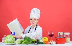 Frau im Hut und im Schutzblech weiß alles über kulinarische Künste Kulinarischer Experte E Mädchen lizenzfreies stockfoto