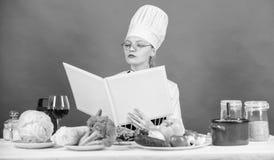 Frau im Hut und im Schutzblech weiß alles über kulinarische Künste Kulinarischer Experte E Mädchen lizenzfreie stockfotos