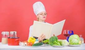 Frau im Hut und im Schutzblech wei? alles ?ber kulinarische K?nste Kulinarischer Experte E M?dchen lizenzfreie stockbilder