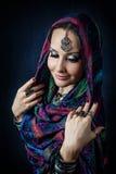 Frau im indischen Schal Stockfotografie