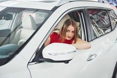 Frau im Innen Auto hält Rad, um lächelnde schauende Passagiere im Rücksitzideen-Taxifahrer gegen sich zu wenden stockbilder
