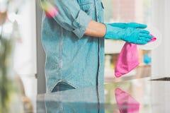 Frau im Jeanshemd lizenzfreie stockbilder
