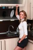 Frau im Kücheinnenraum Stockbild