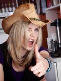 Frau im Kaffeehaus, das Pistole mit der Hand herstellt Stockfotografie