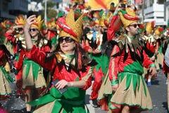 Frau im Karnevalskostümtanzen auf der Straße stockfoto