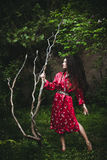 Frau im Kimono im Garten Stockbild