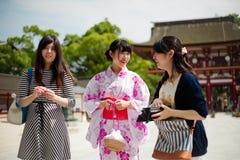 Frau im Kimonokleid am Glanz Lizenzfreie Stockfotos