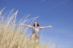Frau im Kleid auf dem Strand Lizenzfreie Stockfotografie