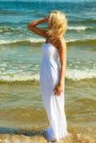 Frau im Kleid auf Küste Lizenzfreie Stockfotos
