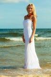 Frau im Kleid auf Küste Lizenzfreies Stockbild