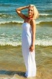 Frau im Kleid auf Küste Stockbilder