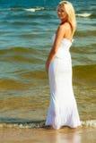 Frau im Kleid auf Küste Stockfoto