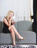 Frau im Kleid mit Cup Stockfotos