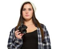 Frau im Knithut und im Flanellhemd hält Kamera Lizenzfreies Stockfoto