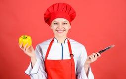 Frau im Kochhut und -schutzblech Berufschef in der K?che cuisine Hausfrau mit dem Kochen des Messers Gl?ckliches Frauenkochen stockbild