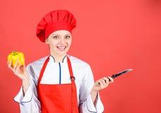 Frau im Kochhut und -schutzblech Berufschef in der K?che cuisine S??er Pfeffer gl?ckliche Frau, die vorbei gesunde Nahrung kocht lizenzfreies stockbild