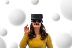 Frau im Kopfhörer der virtuellen Realität lizenzfreies stockbild