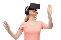 Frau im Kopfhörer der virtuellen Realität oder in den Gläsern 3d Stockfotografie