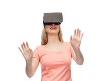 Frau im Kopfhörer der virtuellen Realität oder in den Gläsern 3d Stockfoto