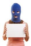 Frau im Kopfschutz, der unbelegte Karte anhält Stockfotografie