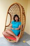 Frau im Korb-Stuhl Stockbild