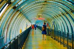 Frau im Korridor in Pompidou-Mitte Lizenzfreie Stockbilder