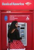 Frau im Kostüm an ATM Lizenzfreie Stockbilder