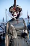 Frau im Kostüm auf venetianischem Karneval lizenzfreies stockbild