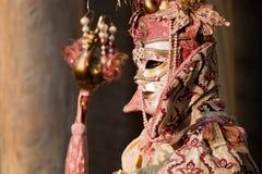 Frau im Kostüm auf venetianischem Karneval Lizenzfreie Stockfotografie