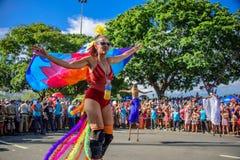 Frau im Kostüm von firebird gehend auf Stelzen zur Unterstützung des Feminismus bei Bloco Orquestra Voadora, Carnaval 2017 Stockbild