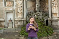 Frau im Landhaus Aldobrandini, Italien stockfoto